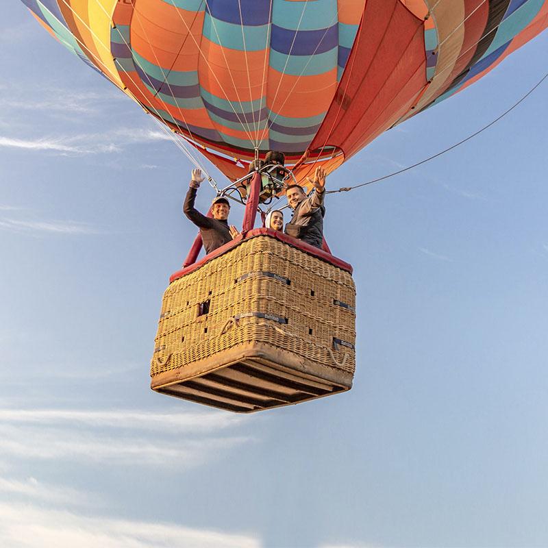 Пара летит на воздушном шаре
